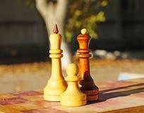Шахматные фигуры на таблице стоковое изображение rf