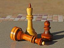 Шахматные фигуры на таблице стоковая фотография rf