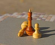Шахматные фигуры на таблице стоковые изображения rf