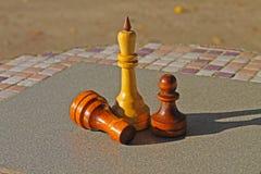 Шахматные фигуры на таблице стоковые фото