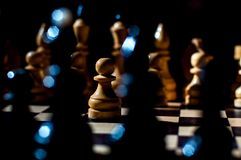 Шахматы настольная игра логики с особенными частями на доске 64 клеток для 2 оппонентов, совмещая элементы искусства, науку и спо стоковое изображение