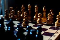 Шахматы настольная игра логики с особенными частями на доске 64 клеток для 2 оппонентов, совмещая элементы искусства, науку и спо стоковые фотографии rf