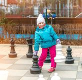 Шахматы с гигантской шахматной фигурой Стоковое фото RF