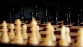 Шахмат вращает против черной предпосылки акции видеоматериалы