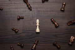 Шахмат вычисляет на коричневом цвете woden принципиальная схема таблицы Стоковое Изображение RF