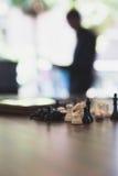 Шахмат в офисе с предпосылкой бизнесмена Стоковые Изображения
