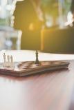 Шахмат в офисе с предпосылкой бизнесмена Стоковая Фотография