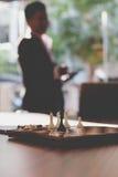 Шахмат в офисе с предпосылкой бизнесмена Стоковые Фотографии RF