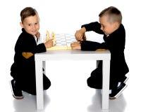 Шахмат игры 2 мальчиков Стоковое Фото