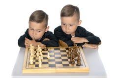 Шахмат игры 2 мальчиков Стоковые Фото