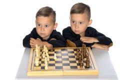 Шахмат игры 2 мальчиков Стоковые Изображения RF