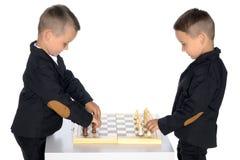 Шахмат игры 2 мальчиков Стоковые Фотографии RF