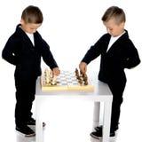 Шахмат игры 2 мальчиков Стоковая Фотография RF
