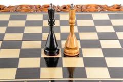 Шахмат почерните ответную часть потери highlight игры конца шахмат проверки дела доски monochrome метафоры над успехом стратегии  Стоковое Изображение