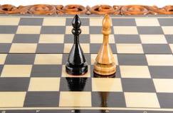 Шахмат почерните ответную часть потери highlight игры конца шахмат проверки дела доски monochrome метафоры над успехом стратегии  Стоковые Фотографии RF