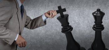 Шахмат руки бизнесмена moving Стоковая Фотография RF