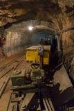 Шахта известняка с поездом и локомотивом стоковые изображения rf