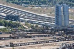 Шахта открытого карьера при конвейерные ленты транспортируя уголь к электрической станции стоковые изображения rf
