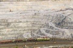 шахта Открыт-бросания на минно-заградительных операциях в азбесте, России стоковое фото rf