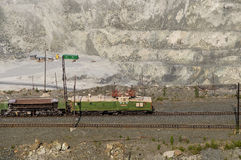 шахта Открыт-бросания на минно-заградительных операциях в азбесте, России стоковое изображение rf