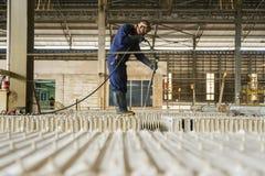 Шахта цинка Машина чистки инженера в фабрике Стоковые Изображения RF