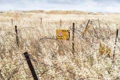Шахты опасности ` чтения знака! виды ` от колючей проволоки обнести Голанские высоты, около границы с Сирией, Израиль Стоковое Изображение RF