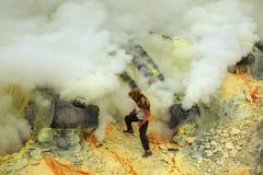Шахты серы Kawah Ijen в East Java, Индонезии стоковая фотография rf