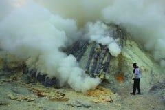 Шахты серы Kawah Ijen в East Java, Индонезии стоковые изображения rf