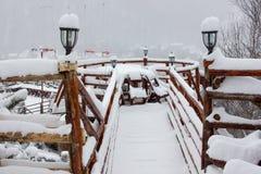 Шале и кабина лыжи зимы в горе снега Стоковая Фотография