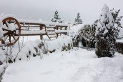 Шале и кабина лыжи зимы в горе снега Стоковые Фотографии RF