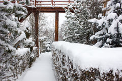 Шале и кабина лыжи зимы в горе снега Стоковые Изображения RF