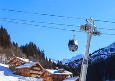 Шале на наклонах долины Meribel Кабел-кран кабин Центр деревни Meribel лыжного курорта (1450 m) Стоковая Фотография