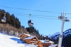 Шале на наклонах долины Meribel Кабел-кран кабин Центр деревни Meribel лыжного курорта (1450 m) Стоковые Фото