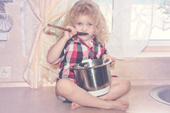 Шаловливая девушка ребенка с kitchenware и продтовары в кухне стоковое фото rf