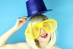 Шаловливая девушка с смешными стеклами, счастливая капризная женщина белокурых волос Стоковое фото RF