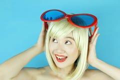 Шаловливая девушка с смешными стеклами, счастливая капризная женщина белокурых волос Стоковые Изображения RF