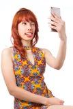 Шаловливая женщина делает сторону на фото с ее сотовым телефоном Sel Стоковое Изображение