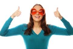 Шаловливая молодая женщина с большими стеклами партии Стоковая Фотография