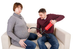 Шаловливое изображение молодой пары ожидая младенца Стоковая Фотография