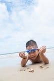 Шаловливые мальчик и рак затворницы на пляже. Стоковое Изображение
