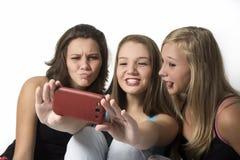 Шаловливые молодые девушки подростка делая selfie группы Стоковое Изображение