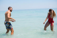 Шаловливые пары наслаждаясь в море Стоковые Фотографии RF