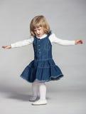 Шаловливые танцы ребёнка Стоковое Изображение