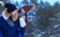 Шаловливые усмехаясь пары идя в космос экземпляра леса зимы Стоковые Изображения