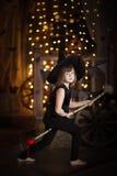 Шальная ведьма девушки с веником детство хеллоуин Стоковые Изображения
