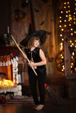 Шальная ведьма девушки с веником детство хеллоуин Стоковое Изображение RF