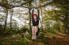 Шальная девушка играя в лесе Стоковое фото RF