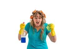 Шальная женщина домохозяйки с чисткой значит стоковая фотография