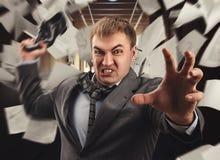 Шальной бизнесмен воюет в офисе Стоковые Изображения RF