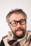 Шальной смотря старик с серой бородой с болваном большие стекла Стоковое фото RF